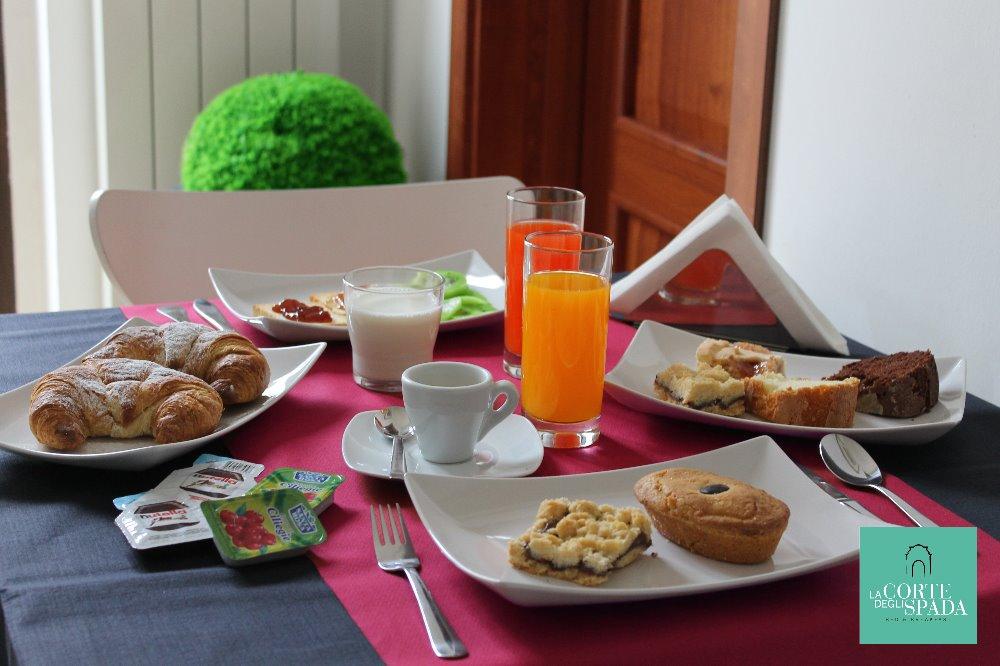 La colazione di B&B LA CORTE DEGLI SPADA
