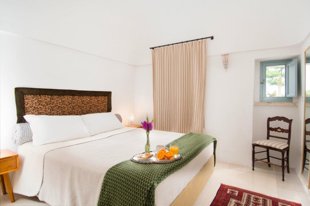 Die Kleine Treppe Verbindet Das Elegante Wohnzimmer Mit Dem Haupt Trullo.  Die Beiden Schlafzimmer Haben Ein Doppelbett Und Zwei Einzelbetten (die  Auch In ...