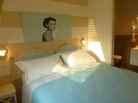 Audrey Hepburn Zimmer Ist Das Graziösere Und Das Elegantere Zimmer, In Beige  Und Türkis Farbtönen. Das Zimmer Ist Mit Einem Doppelbett Und Einem  Privaten ...