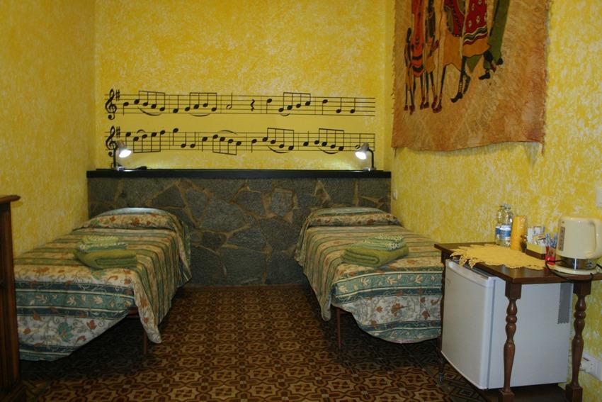 Yellow Room 2 Letti