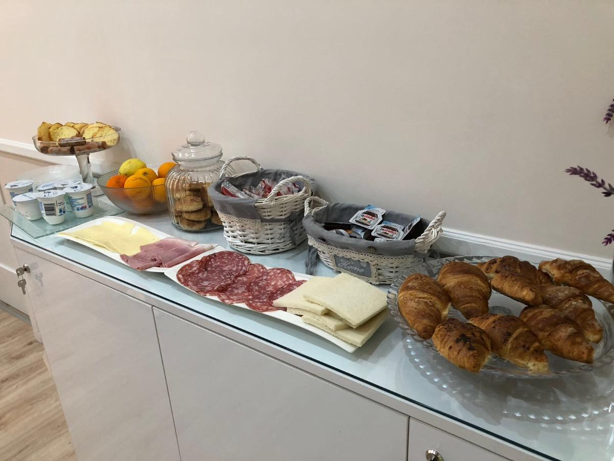 La colazione di LUXURY B&B SUN ART NAPLES