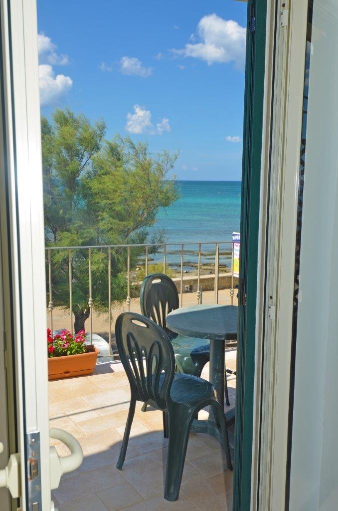 camera sul mare con terrazzino