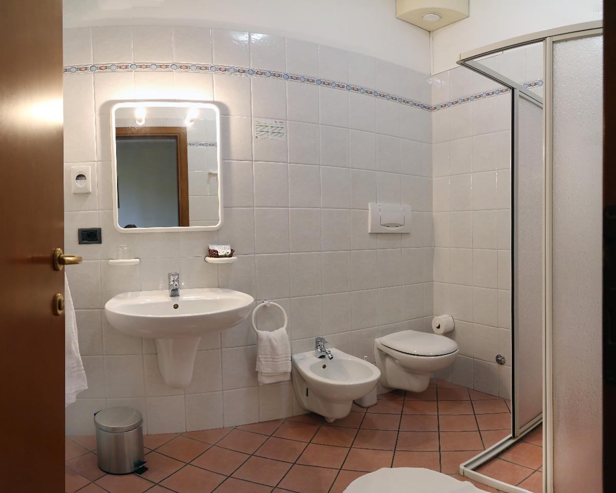 Camera Tripla 2