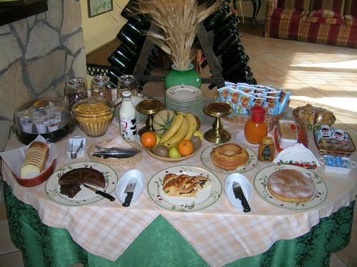 La colazione di CASALE FARNESIANA B&B